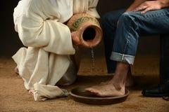 时髦人士的耶稣洗涤的脚 免版税库存照片