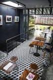 时髦减速火箭的样式餐馆室内设计 图库摄影