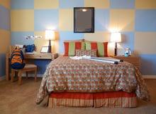 时髦卧室冷静的孩子 免版税图库摄影