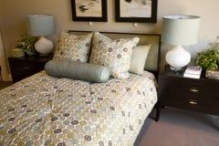 时髦卧室的豪华 免版税库存图片