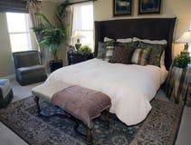 时髦卧室的豪华 图库摄影