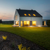 时髦和现代房子在晚上 库存图片