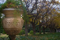 时髦和被雕刻的庭院罐在皇家Pedralbes的公园  库存照片