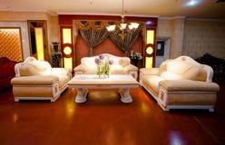 时髦和豪华皮革沙发 免版税库存图片