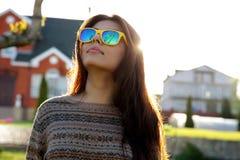 时髦太阳镜的妇女 免版税图库摄影