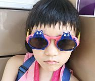 时髦女孩佩带的太阳镜 免版税库存图片