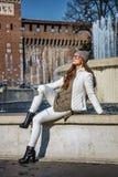 时髦妇女在米兰,坐在喷泉附近的意大利 免版税库存图片