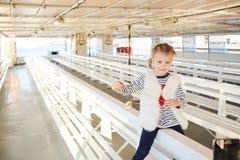 时髦小女孩获得一个乐趣在空的游览船 免版税库存图片