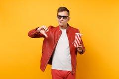 时髦年轻人,红色皮夹克,T恤杉电影影片画象3d玻璃的,拿着杯子苏打或可乐 库存图片