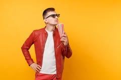 时髦年轻人,红色皮夹克,T恤杉电影影片画象3d玻璃的,拿着杯子苏打或可乐 免版税库存图片
