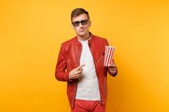 时髦年轻人,红色皮夹克,T恤杉电影影片画象3d玻璃的,拿着杯子苏打或可乐 库存照片