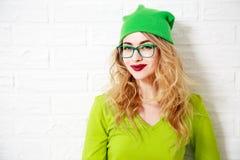 时髦微笑的行家女孩 绿叶颜色 库存照片