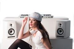 时髦性感的DJ在白色混合的音乐穿戴了 免版税库存图片