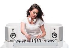 时髦性感的DJ在白色混合的音乐穿戴了 免版税库存照片