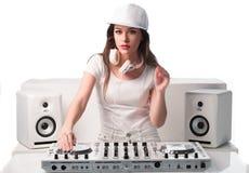 时髦性感的DJ在白色混合的音乐穿戴了 免版税图库摄影