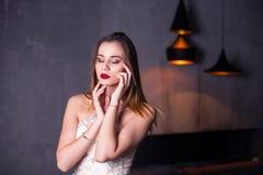 时髦时尚年轻美丽的相当典雅的富有的妇女佩带的晚礼服样式画象  库存照片