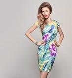 时髦春天夏天花礼服的时尚妇女 免版税库存照片