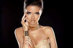 时髦样式。魅力夫人。时尚有金黄珠宝的秀丽女孩 库存照片