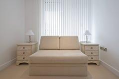 时髦河床卧室米黄舒适的沙发 免版税库存照片