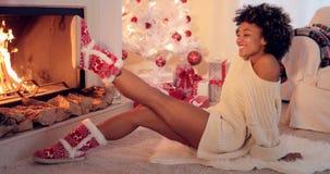 时髦活泼的妇女佩带的圣诞节赃物 免版税库存照片