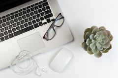 时髦白色办公桌顶视图有键盘、白色耳机和办公用品的 免版税库存照片