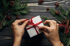 时髦的与手包裹的圣诞节平的位置当前与红色 库存照片