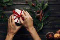 时髦的与手包裹的圣诞节平的位置当前与红色 免版税库存图片