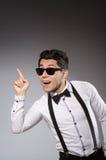 年轻时髦的人佩带的太阳镜 免版税库存照片