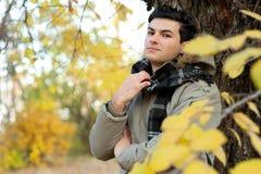 年轻时髦的人画象在夹克和格子花呢披肩围巾穿戴了 免版税图库摄影
