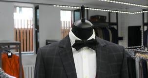 时髦的人` s衣服 人在时装模特的` s夹克 人` s衣物 给版权穿衣的品牌没有对象存储 购物在精品店 股票视频