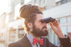 时髦的典雅的dreadlocks商人双筒望远镜 免版税库存照片