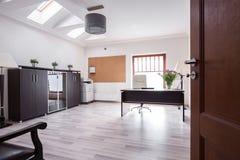 时髦的办公室在豪华房子里 免版税库存照片