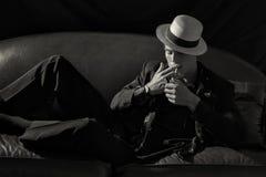时髦的吸烟者 点燃香烟的时兴的年轻人 免版税图库摄影