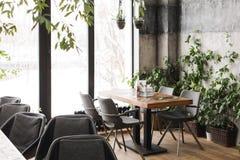 时髦的咖啡馆在冷淡的早晨 图库摄影