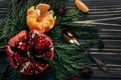 时髦的土气冬天平的位置用石榴石桔子和香料 免版税库存图片