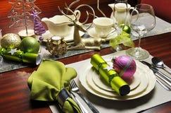 时髦的圣诞前夕饭桌设置。 库存图片