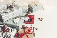 时髦的圣诞节包裹了与装饰品和光的礼物  库存图片