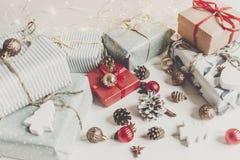 时髦的圣诞节包裹了与装饰品和光的礼物  库存照片