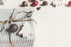 时髦的圣诞节包裹了与装饰品和玩具的礼物在wh 库存图片