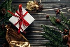 时髦的圣诞节舱内甲板位置提出与红色丝带和金黄o 图库摄影