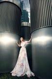时髦的女人充分的成长画象都市背景的 免版税库存照片