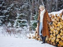 时髦的女人和冬天衣裳-农村场面 免版税库存照片