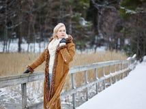 时髦的女人和冬天衣裳-农村场面 免版税库存图片
