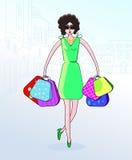 时髦的女人运载与购买的一个袋子 城市的剪影 房子的等高 购物 免版税库存照片