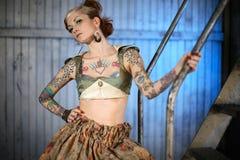 时髦的女人年轻人 免版税图库摄影