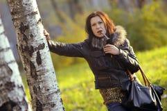 时髦的女孩在森林 免版税库存图片