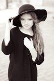 时髦的女孩黑白画象  免版税库存图片