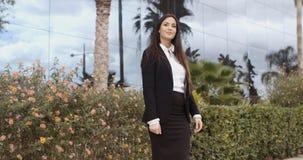 时髦的女实业家常设外部她的办公室 免版税库存图片