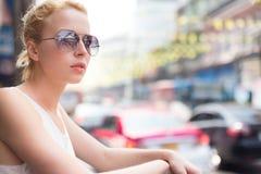 时髦的女性旅客在曼谷 免版税图库摄影