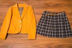 时髦的女性燃烧物和裙子 免版税图库摄影